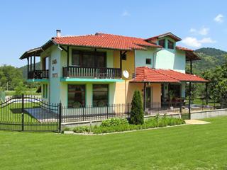 """Къща за гости При Орехите, ул. """"Амбарица"""" 14, Орешак"""